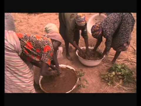 ...Construcción de casa de barro en Comunidad - África...
