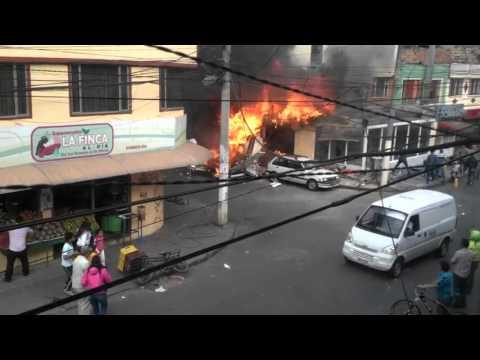 LA CAIDA DE UNA AVIONETA SOBRE UNA PANADERÍA QUE DEJO SEIS MUERTOS EN BOGOTA - COLOMBIA