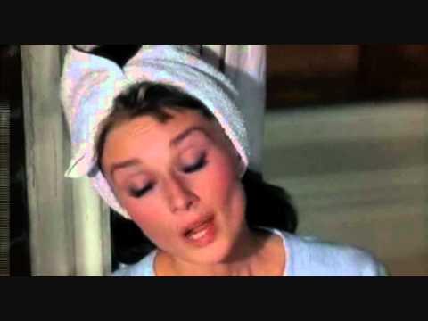 Escena de Desayuno con Diamantes: Audrey Hepburn cantando Moon River