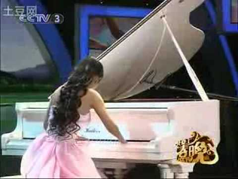 Girl play piano with no finger on one hand