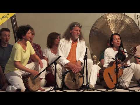 Tayatha Om Bekandze by Bhajan Noam with group