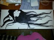 Flicka med långt hår.