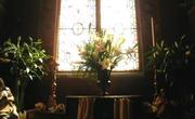 Prise de vue resserrée du fleurissement d'ordre sacré de l'autel de l'Oratoire de la reine Anne de Bretagne ...