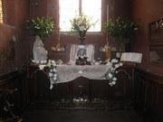 Vue d'ensemble de l'Autel de l'Oratoire paré de nobles fleurons mystiques...