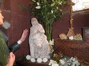 Plan rapproché sur le statuaire reposant dans un cadre verdoyant et fleuri...