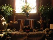 Gros plan sur le Fleurissement d'ordre sacré de l'autel de l'Oratoire