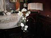 La Sainte table s'illumine de frais pétales ...