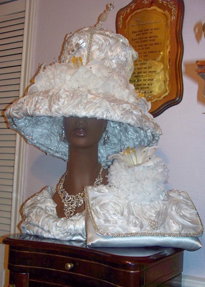 WHITE HAT CLUTCH CORSAGE
