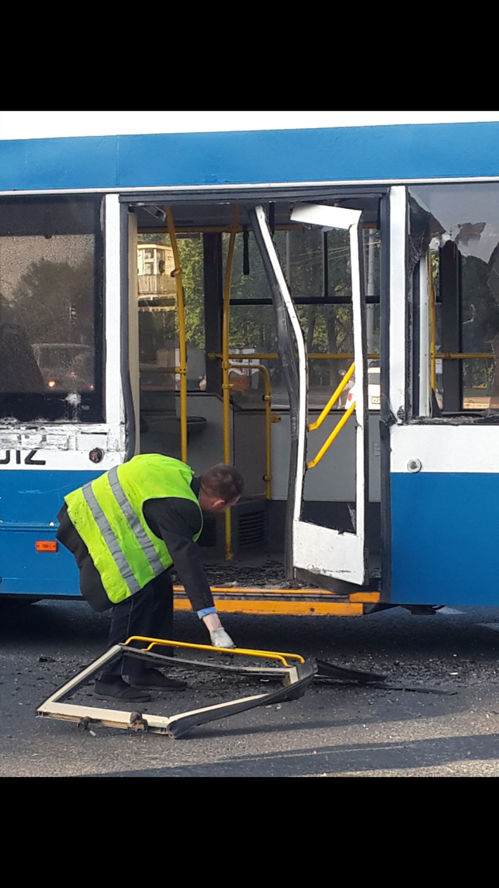 У троллейбуса двери вышибло.