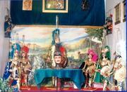 stand con pupi stile catanese da 80 cm , n.b. in alto sia a six che a dx si vedono appesi i pupi da 25 cm da souvenir