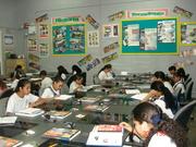 Estudiantes integrando tecnología.