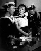 BRASSAI-Conchita-avec-les-marins-1920-1930