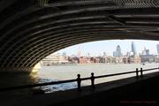 Sous le pont, la ville...