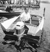 Min båt 1961 två år gammal Olle Johansson vid ratten