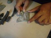 haciendo experimentacion de lapidaria, para reproducir una figurita de esquisto teotihuacana