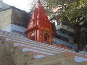 हनुमान घाट स्थित महादेव का मंदिर जो अपने लाल रंग के कारण घाट की पहचान बन चुका है.