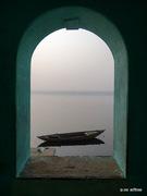 खिड़की में गंगा गंगा में नाव