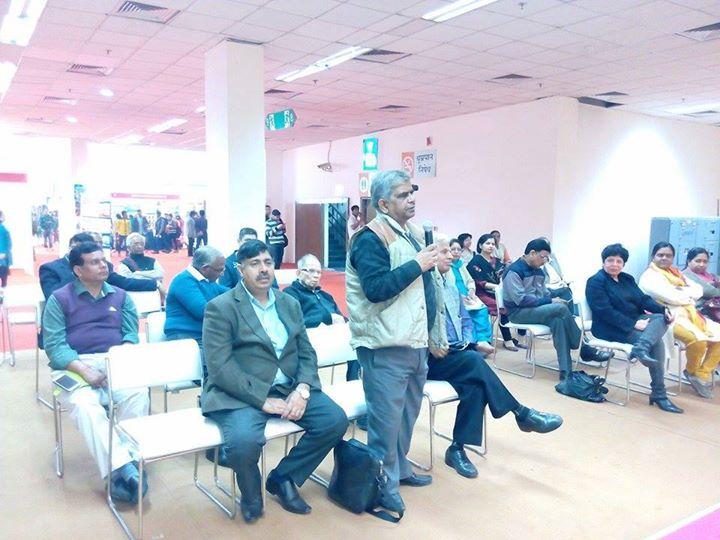 मंच श्रोता से नवगीत सम्बन्धी प्रश्न सुनते हुए.