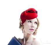 red_fascinator_1950s_headpiece_pillbox_hat_designer_free_bag_e