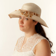 "STRAW BLOCKED HAT ""MAGIC OF BUTTONS"""