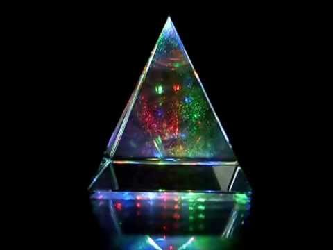 Piramida de cristal in miscare de rotatie