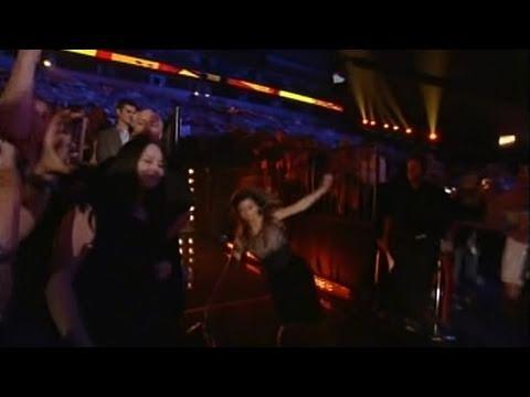 Shania Twain Falls & Busts Her Ass At CMT Awards [Video]