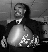 fidel-castro-con-guante-de-boxeo-1995