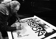 fidel-castro-firmando-poster-documental-kordavision-12-octubre-2000