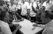 fidel-castro-juega-domino-en-armea-de-arriba-galicia-28-7-92