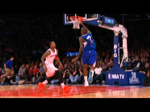 Blake Griffin Throws Down the Powerful Alley-Oop