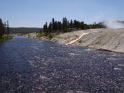 Кипящая вода стекает в реку