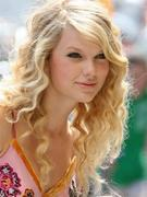 taylor_swift_pink_dress_looking_300x400