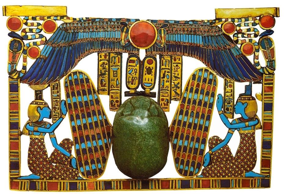 51.-Пектораль-посередине-крылатый-скарабей-справа-богиня-Изида-слева-её-сестра-богиня-Нефтида