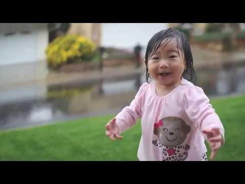 Девочка впервые увидела дождь
