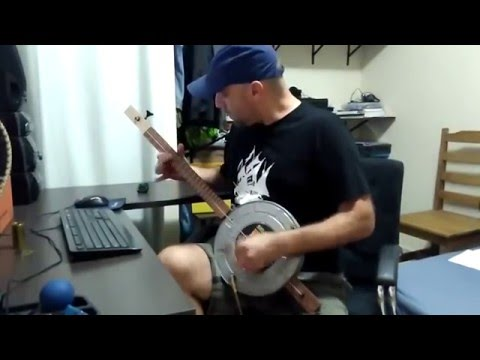 Rocking canjo one string bass