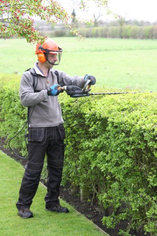 Using Pellenc Helion hedge trimmer and Poly5 battery