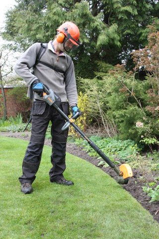 Edging lawn with Pellenc strimmer