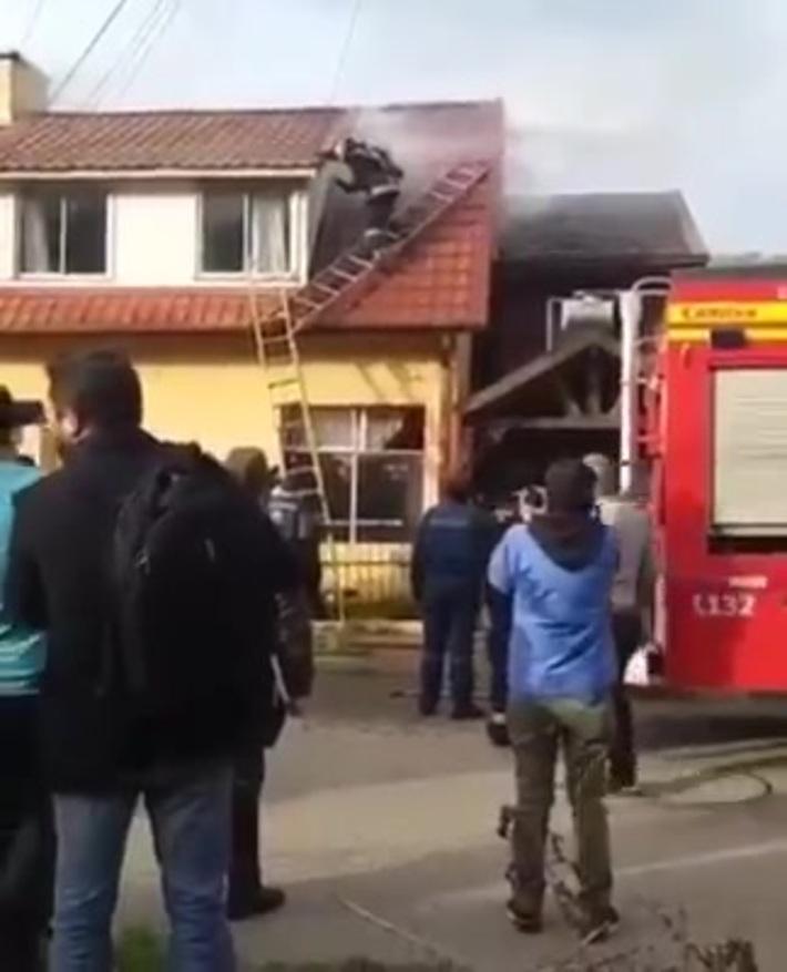 BOMBERO SUFRE UN ACCIDENTE AL CAER DE UN TECHO DURANTE UN INCENDIO ESTRUCTURAL EN CONCEPCIÓN - CHILE