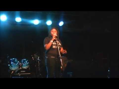 """St. Louis Indie Artist Raye Cole Performs Original Song """"Old People"""" at Cicero's"""