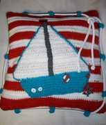 ein maritimes Kissen mit Segelboot