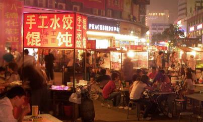 Calle de Zhengzhou (China) con puestos de comida.