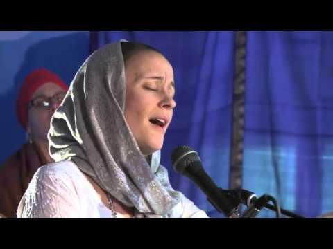Jai Jagdeesh sings Aad Guray Nameh at Sat Nam Fest 2013