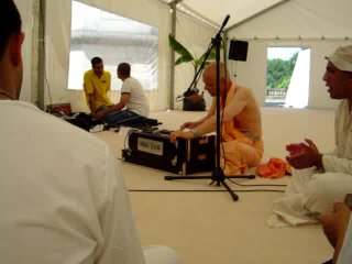 His Holiness Kadamba Kanana Swami France Kirtan-part2
