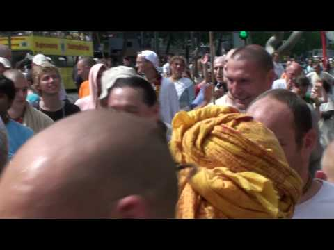 Sachinanadana Swami Ratha Yatra Berlin lead kirtan by Gopinath Das 2009 part 1