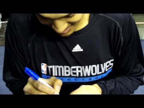 Ryan Hollins Signing Autographs in Indianapolis