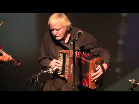 The Máirtín O'Connor Band plays 'The Road West': Traditional Irish Music from LiveTrad.com