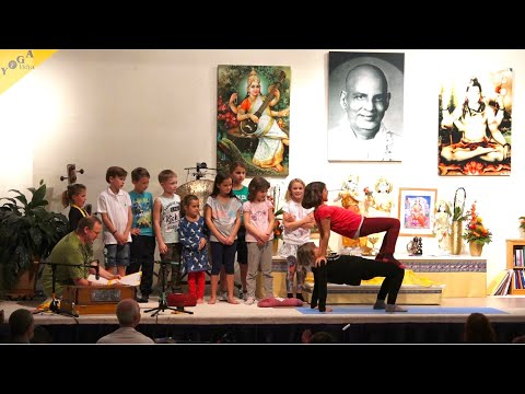 Asanavorführung mit Kindern aus der Ganesha Kinderwelt - Entertainment im Satsang - Kinderyoga