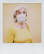 La donna che sorride sotto la mascherina