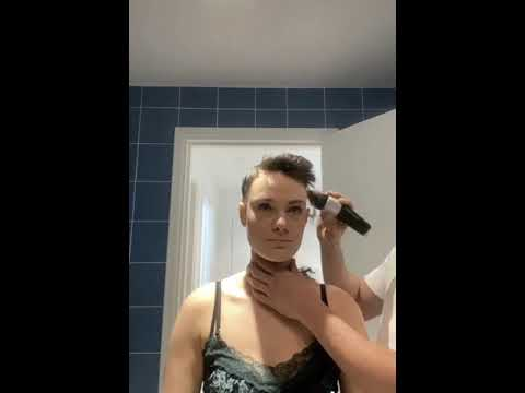 Boyfriend shaves his head to support his girlfriend