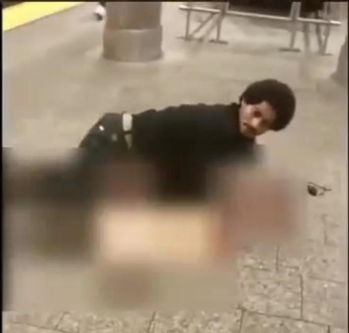 Wtf! Man tries to rape a lady on the subway platform